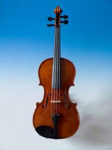 Speciální cena pro vítěze z kategorie nejmladších žáků - 1/2 housle od pana Tomáše Pilaře, Ateliér Pilař (Hradec Králové)